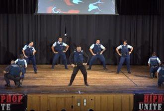 politseiskie-porvali-zal