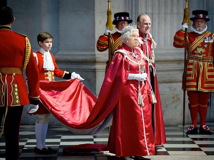 funny-donald-trump-queen-elizabeth-photohop-trumpqueen-12-584a7618250dc__700