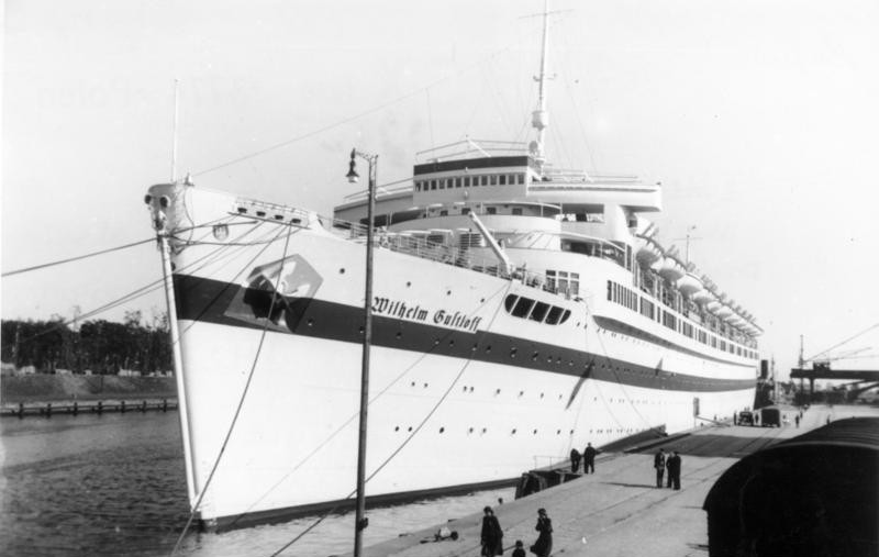 """Scherl Bilderdienst: II. Weltkrieg 1939 - 1945, Überfall auf Polen am 1. September 1939. Das KdF - Schiff """"Wilhelm Gustloff"""" wird als Lazarettschiff eingesetzt, hier im Danziger Hafen im Herbst 1939. 12065 - 39"""