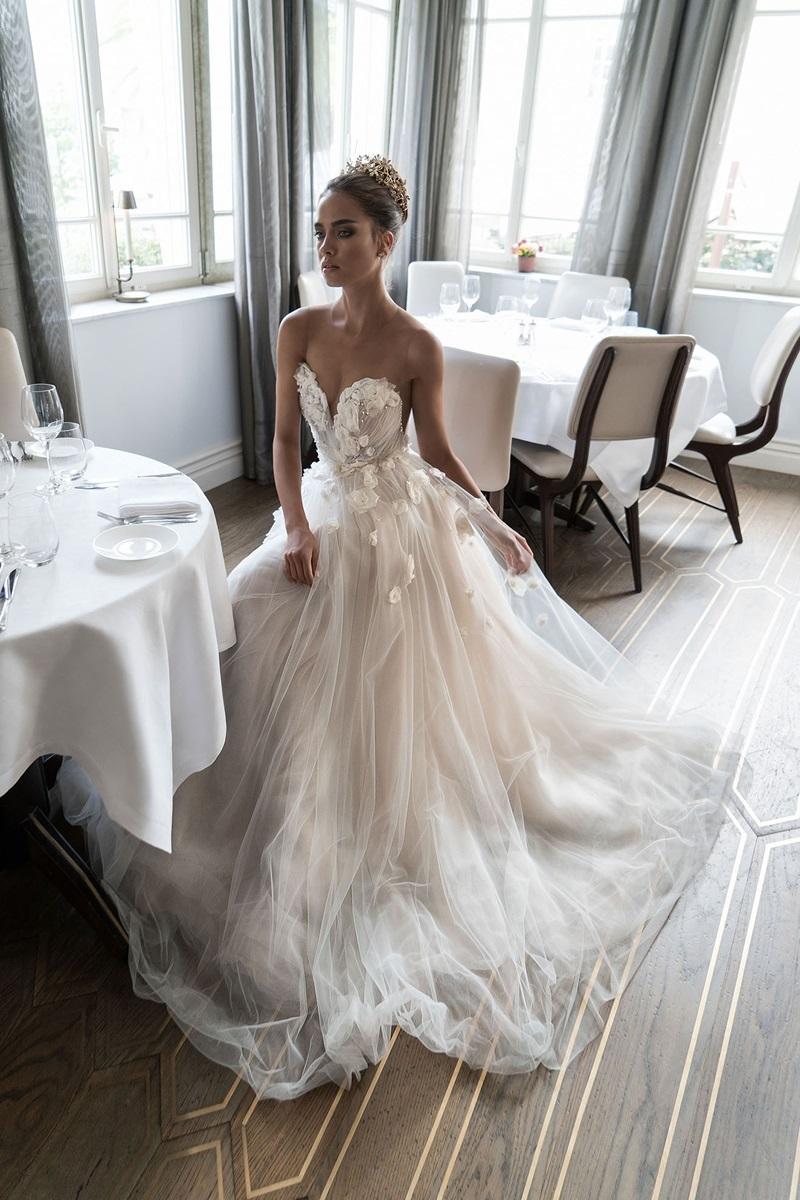 46970c2dfd3 В свадебной моде 2017 года присутствует нотка сексуальности. Невестам  предлагают надевать откровенные наряды из полупрозрачных тканей.