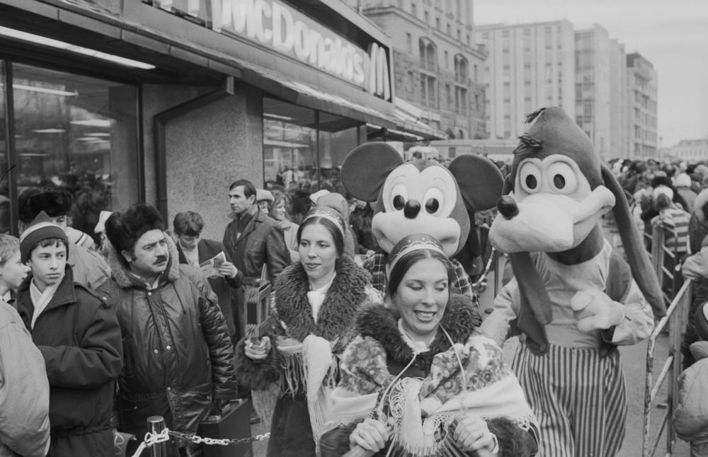 """USSR. January 31, 1990. First McDonald's in Moscow. People visiting the opening of the restaurant by the joint Soviet-Canadian company Moskva-McDonald's near Pushkinskaya metro station. Oleg Buldakov/TASS ÑÑÑÐ. 31 ÿíâàðÿ 1990 ã. Ïåðâûé """"Ìàêäîíàëäñ"""" â Ìîñêâå. Âî âðåìÿ öåðåìîíèè îòêðûòèÿ ðåñòîðàíà ñîâìåñòíîãî ñîâåòñêî-êàíàäñêîãî ïðåäïðèÿòèÿ """"Ìîñêâà - Ìàêäîíàëäñ"""" â ðàéîíå ñòàíöèè ìåòðî """"Ïóøêèíñêàÿ"""". Áóëäàêîâ Îëåã/Ôîòîõðîíèêà ÒÀÑÑ"""