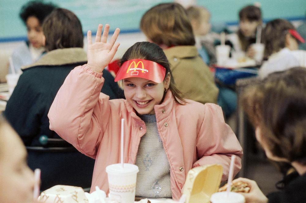 """USSR. February 1, 1990. McDonald's. The first fast-food restaurant McDonald's. The first visitors during the restaurant opening. Vitaly Sozinov/TASS ÑÑÑÐ. 1 ôåâðàëÿ 1990 ã. Ïåðâûé ðåñòîðàí áûñòðîãî îáñëóæèâàíèÿ """"Ìàêäîíàëäñ"""" â Ìîñêâå. Ïåðâûå ïîñåòèòåëè âî âðåìÿ îòêðûòèÿ ðåñòîðàíà. Ñîçèíîâ Âèòàëèé/Ôîòîõðîíèêà ÒÀÑÑ"""