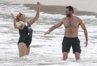 33122A1400000578-3534622-Making_a_splash_Deborra_wore_a_black_swimsuit_and_a_pair_of_styl-a-53_14604130166971