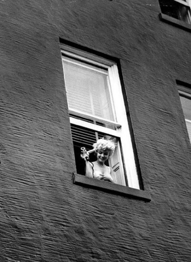 так нежно фото девушки выглядывает с окна форточки несем ответственности
